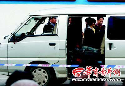 西安窃贼开车撞民警被当场击毙(组图)