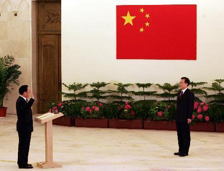 图文:曾荫权向国务院总理温家宝宣誓