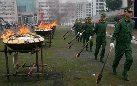 重庆昨日公开销毁500余公斤毒品(组图)