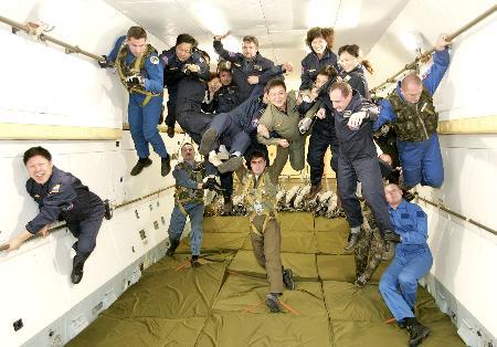图文:中国游客在俄宇航员保护下体验太空训练