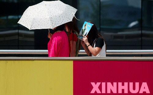 组图:高温再临阳伞扮靓北京街头
