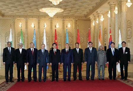 图文:胡锦涛同上海合作组织峰会与会领导人合影