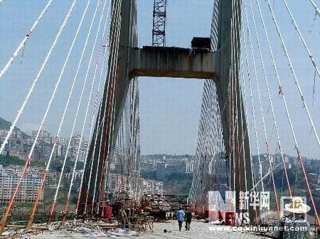 重庆市云阳长江大桥桥面整体铺架合龙