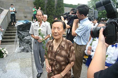 组图:南京大屠杀幸存者向遇难者献花