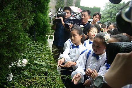 图文:儿童向南京大屠杀遇难者献花