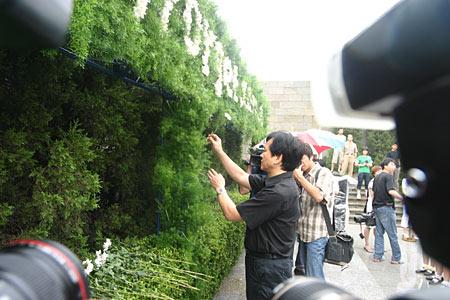 组图:江苏省委外宣办副主任徐发波向遇难者献花