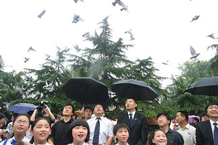组图:放飞和平鸽