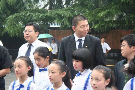 图文:新浪CEO汪延和小朋友在一起