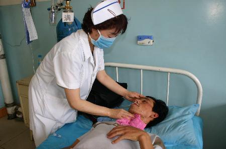 图文:医护人员在检查伤者的病情