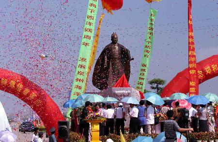 组图:郑和下西洋铜像在福建泉州落成