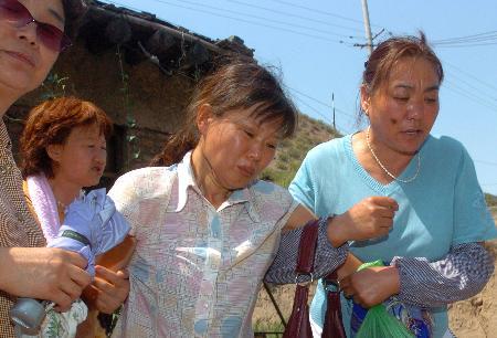 图文:遇难矿工的家属悲痛欲绝