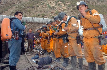 图文:救援人员进入出事矿井进行搜救