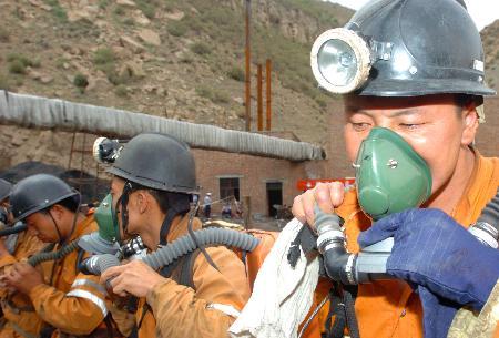 图文:救援人员准备进入出事矿井进行搜救