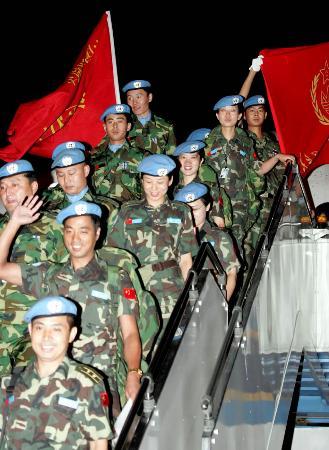 图文:[时事政治](1)中国第二批赴利比里亚维和部队官兵凯旋归来