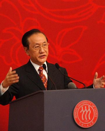 图文:郁慕明在中国人民大学发表演讲