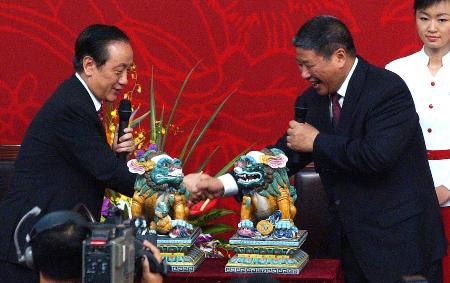 图文:郁慕明向中国人民大学送礼品