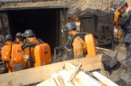 图文:新疆阜康矿难已有76人遇难(3)