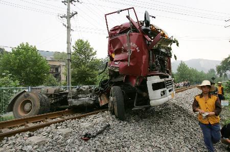 组图:湖北黄石重型卡车与火车相撞