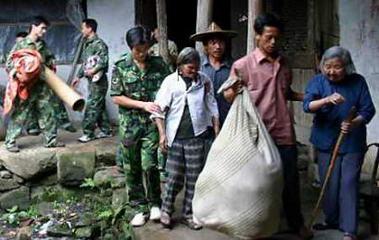 图文:解放军战士帮助疏散居民