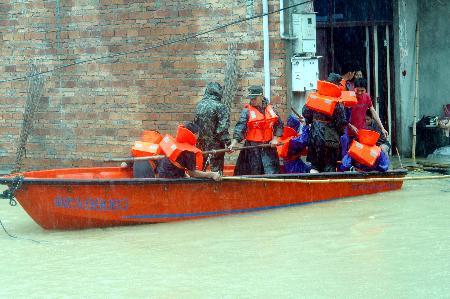 图文:武警官兵转移福建罗源被洪水围困群众