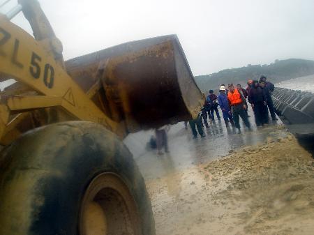 图文:抢险突击队堵住海塘大坝根堤的缺口