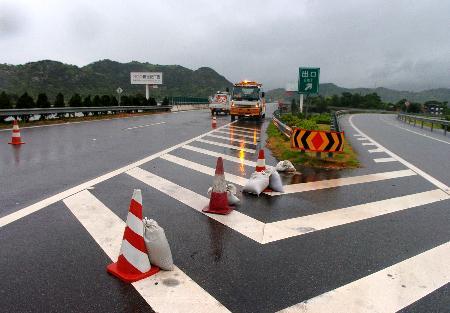 图文:福建至浙江高速受台风影响封闭