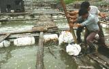 图文:福建连江筱埕镇坜坞村渔民在抢修渔排