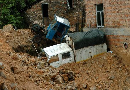 图文 两辆机动车被滑坡 泥土推 到一个角落 新闻高清图片