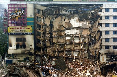 图文:广州发生建筑物坍塌事故(5)