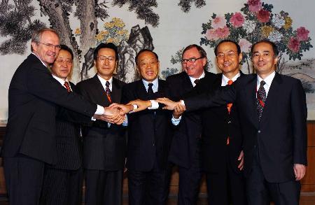 图文:六国代表团团长握手