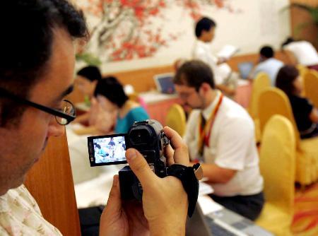 图文:外国记者拍摄六方会谈记者工作间发稿