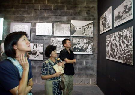 图文:日本专家参观抗战馆