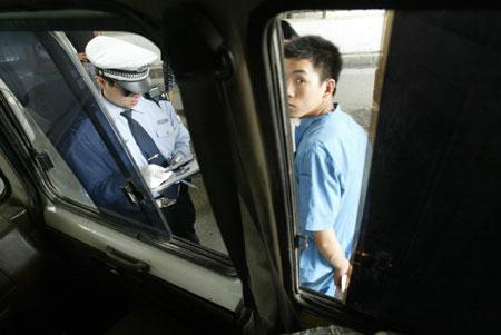 图文:北京民警联合城管队员整顿黑车