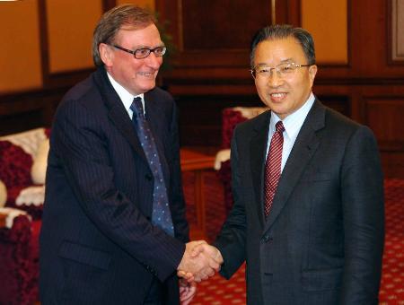 图文:戴秉国同俄罗斯代表团团长握手