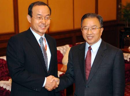 图文:戴秉国同韩国代表团团长宋�F淳握手