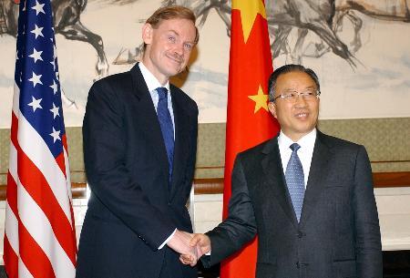 图文:戴秉国与美国常务副国务卿在对话前握手
