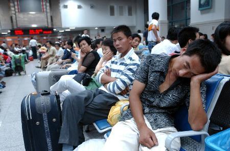组图:一些旅客因列车追尾事故滞留