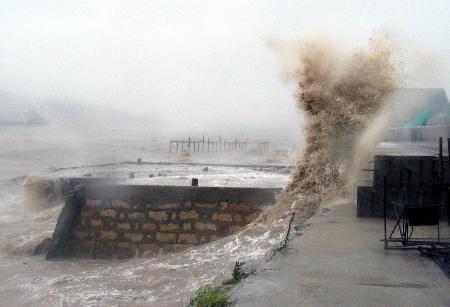 图文:石浦港码头经受台风麦莎袭击