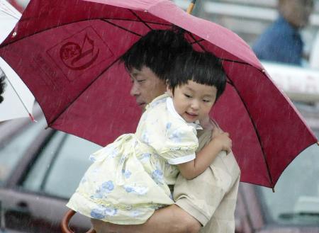 """图文:台风""""麦莎""""影响下的儿童"""