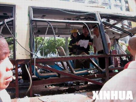 图文:公安人员在被炸汽车内进行勘查