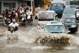 图文:上海市区各种车辆在水中破浪前行