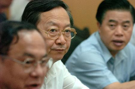 图文:李毅中和黄华华在矿难现场听取情况汇报