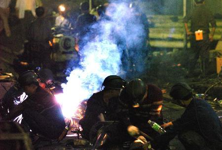 图文:救援矿工在难现场焊接抽水管道
