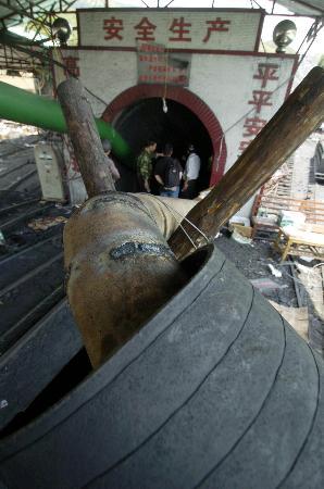 图文:广东兴宁矿难主井口抽水设备(20060928在工00:00)作