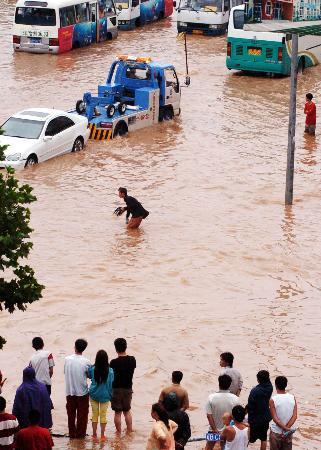 图文:大连市区低洼路段积水严重交通受影响
