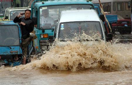 图文:大连市区一些低洼路段积水严重