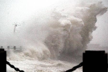 图文:30余米高巨浪拍打大连海之韵公园海岸