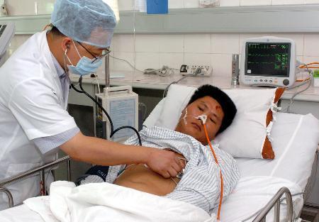 图文:事故中的生还者曾环标在接受治疗