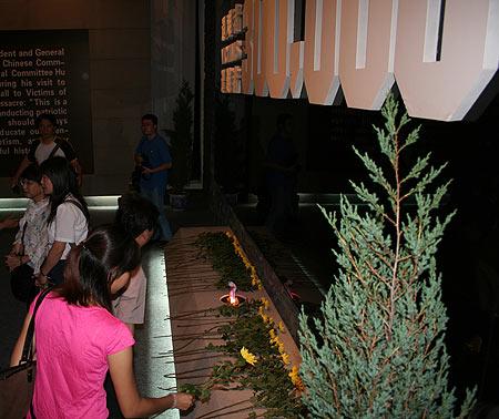 图文:参观者向南京大屠杀30万亡灵献花