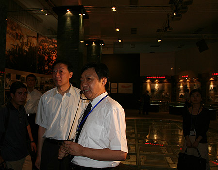 图文:南京市委书记罗志军聆听朱成山馆长的讲解